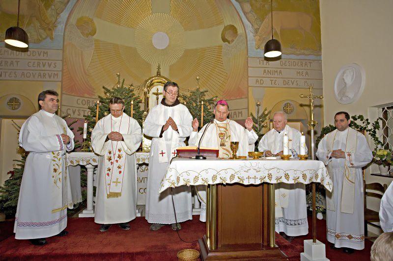 Biskup-Pozaic-i-svecenici